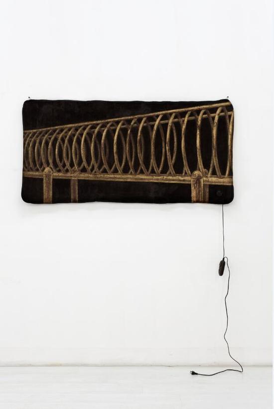 臧坤坤《棕色VIII》 80x160x1cm 电热毯,丙烯等综合媒材 2011年