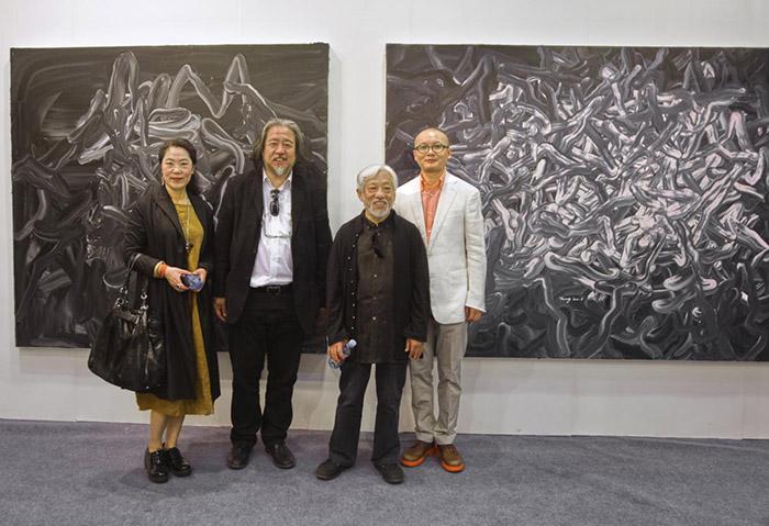 著名艺术家刘永刚、批评家栗宪庭与唐华伟在作品前合影