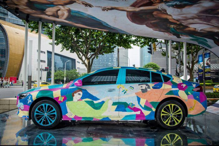"""""""99创世纪""""全新一代君威艺术车以鲜亮色彩与童趣风格再现《创造亚当》中上帝与亚当手指即将触碰的经典瞬间"""